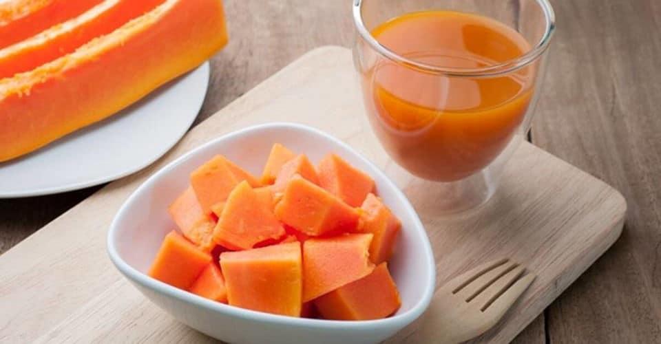 sliced papaya and papaya juice